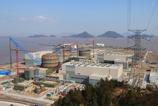 图为AP1000三门核电项目主厂址全景。   正当我国即将迎来新一轮核电建设高潮之际,广受核电业界瞩目的世界首台AP1000核电机组也正在中华大地上悄然生根,逐渐从图纸转化为现实。截至3月18日,我国AP1000核电依托项目4台机组已累计完成144个里程碑节点中的72个,其中,首堆已完成36个里程碑节点中的20个。AP1000工程建造总体进展顺利,安全、质量、进度可控。   AP1000作为世界第三代先进压水堆,具有模块化建造、工厂化预制、土建安装平行施工、开顶法施工、主管道窄间隙自动焊接等施工特点。它