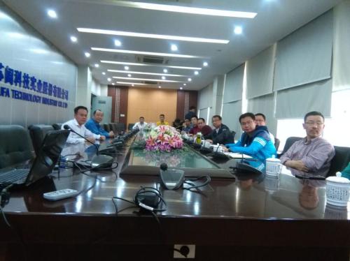 图为永嘉县政府考察团在中核科技调研时彭新英总经理(右)在做介绍图片