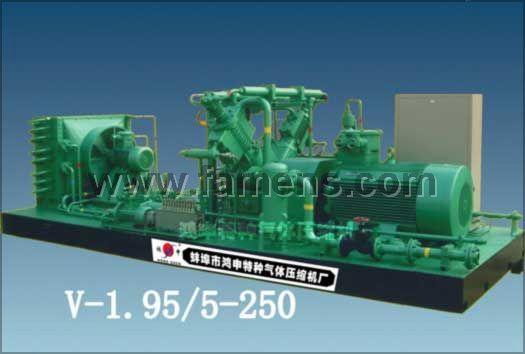 压缩机(compressor),将低压气体提升为高压的一种从动的流体机械。是制冷系统的心脏,它从吸气管吸入低温低压的制冷剂气体,通过电机运转带动活塞对其进行压缩后,向排气管排出高温高压的制冷剂气体,为制冷循环提供动力,从而实现压缩冷凝膨胀蒸发 ( 吸热 ) 的制冷循环。
